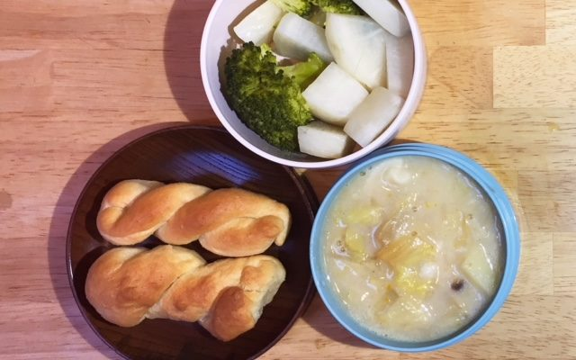 ねじりパン、白菜米粉シチューほか