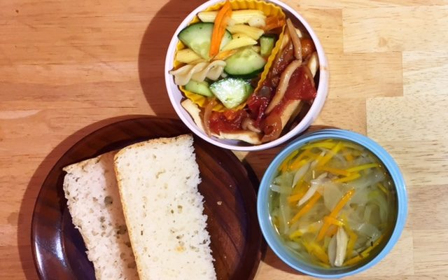 食パン、高野豆腐のトマトきのこソースほか