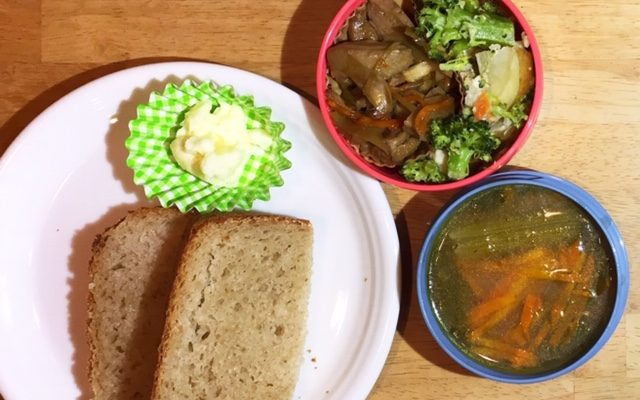 ライ麦食パン、ジュリエンヌスープ(ポトフリメイク)ほか